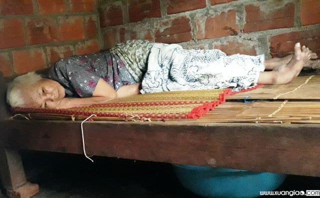 Cụ Khiết vợ ông Lừng thì bị tai biến nằm liệt giường không biết gì hết nên mọi sinh hoạt, vệ sinh cuối ngày người con gái nuôi về dọn, chăm sóc.