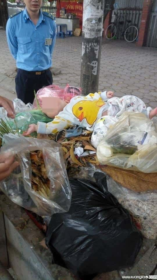 Nhân chứng kể lại giây phút phát hiện bé trai 8 tháng bị vứt trên xe rác tại Hà Nội
