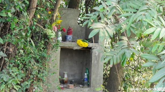 Bên trong ngôi mộ được người dân mới xây bàn thờ.