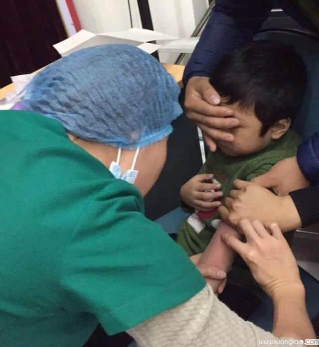 Học sinh Bắc Ninh xét nghiệm sán lợn tại Hà Nội (Ảnh: H. Hải)