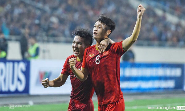 Thanh Sơn (số 8) mừng bàn ấn định tỷ số 4-0 cho Việt Nam. Ảnh: Giang Huy.