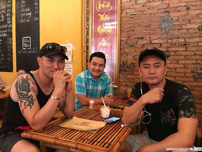 Leon Vũ (bìa trái), nghệ sĩ Anh Vũ và diễn viên Minh Cường trong một lần đi chơi chung.