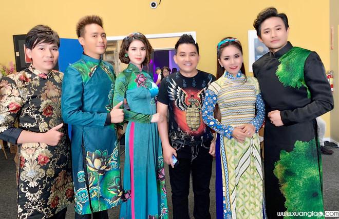 Anh Vũ và đoàn nghệ sĩ biểu diễn ở Mỹ.