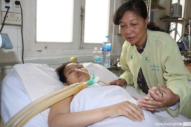 Ngọc Nhung khi còn nằm điều trị, thở máy trong bệnh viện
