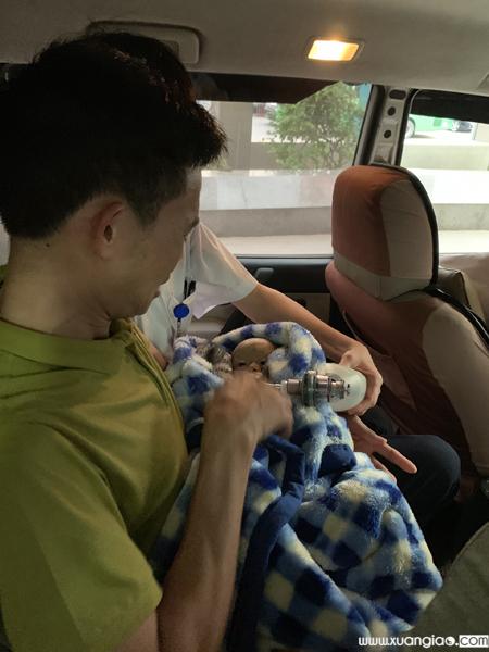 Anh Vì Văn Nam bế bé Lực khi đưa bé về nhà chiều tối 20/4. Ảnh:Facebook Đặng Như Quỳnh.