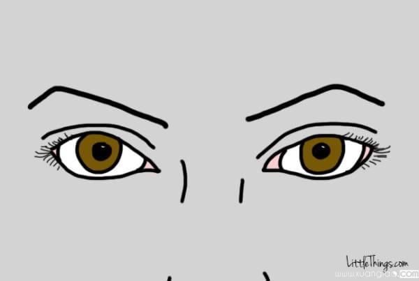 Lông mày gấp góc nhọn có 2 đầu chúc xuống nên trán cũng thành nhọn theo, làm khuôn mặt không tròn trĩnh.
