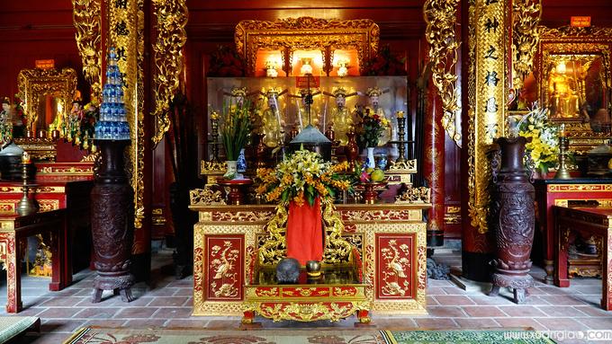 Bên trong đền Ông Hoàng Mười