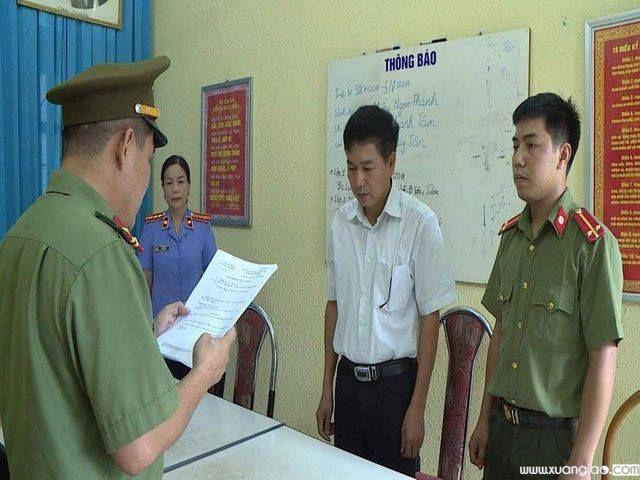 Cơ quan an ninh đọc lệnh khởi tố bị can đối tượng gian lận điểm thi THPT quốc gia 2018 ở Sơn La.