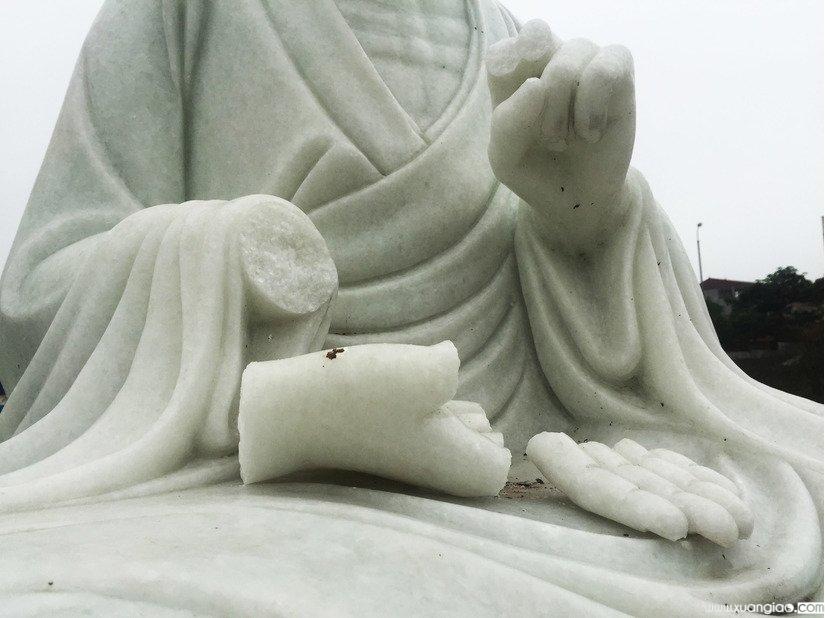 Các bức tượng bị đập phá