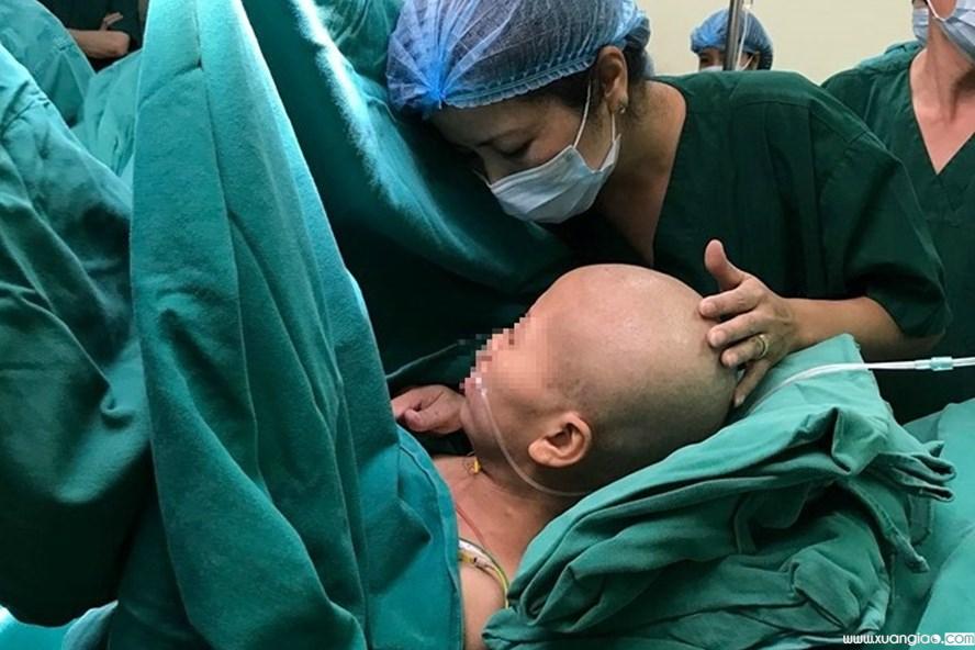 © Lao Động Chị L được các y bác sĩ hỗ trợ tối đa trong ca phẫu thuật bắt con đặc biệt. Ảnh: BVCC