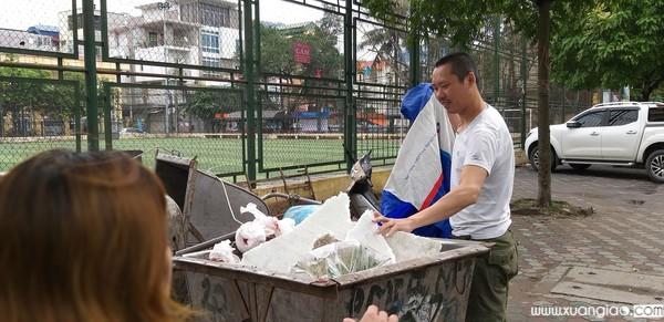 Chiếc xe rác nơi cháu bé bị bỏ rơi - Ảnh: Saostar