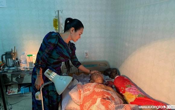 Ngọc Huyền trong ngày về nước thăm nghệ sĩ Lê Bình.
