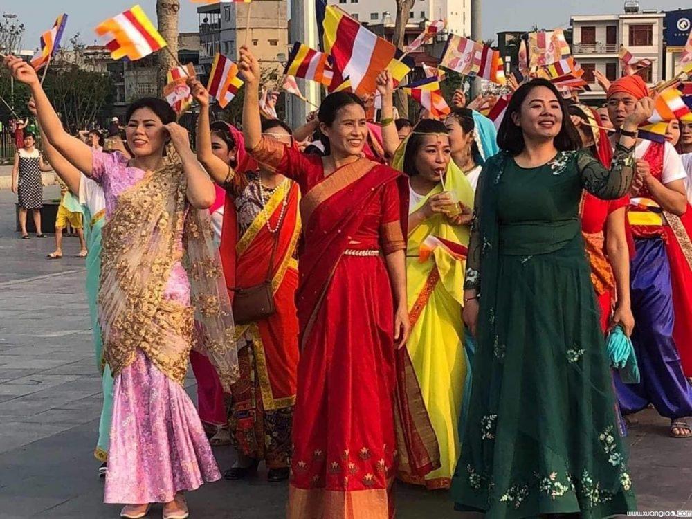 Hình ảnh bà Yến mặc áo đỏ, vẫy cờ được cộng đồng mạng cho rằng xuất hiện ở đại lễ Vesak nhưng hiện chưa thể khẳng định