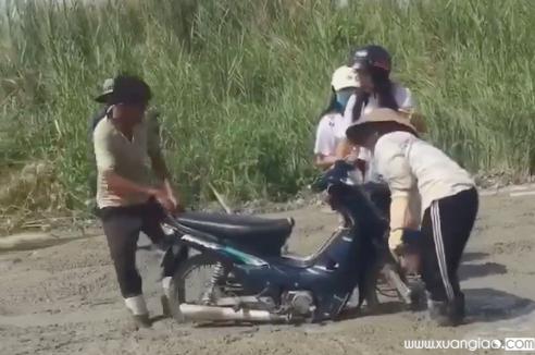 Clip: 2 cô gái đi xe máy lao thẳng vào đường đang đổ bê tông - Nguồn: FB Phuc Truong