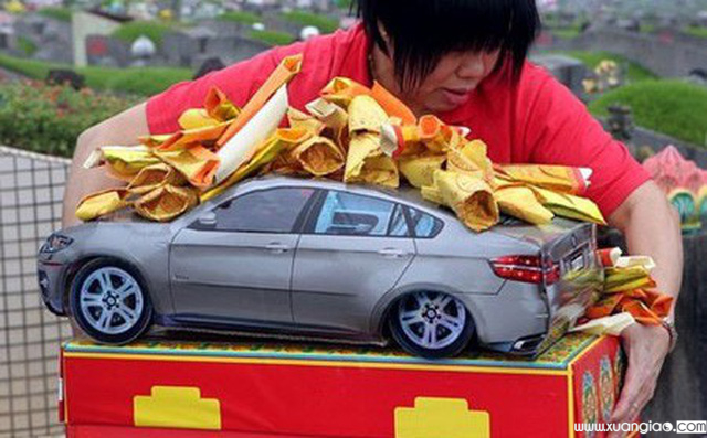 Người dân đốt vàng mã xe hơi (Ảnh minh họa).