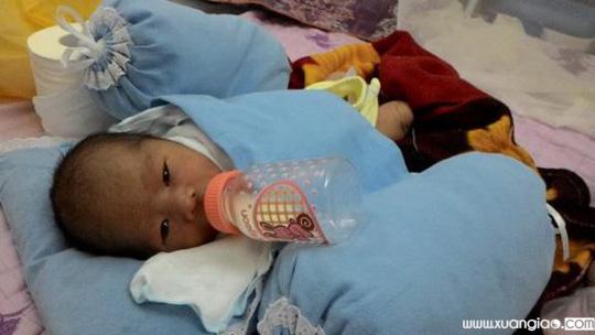 Cháu bé được cứu rất kháu khỉnh - Ảnh do bà Nguyễn Thị Kim Hoa cung cấp