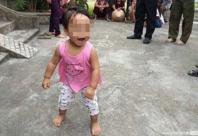 Hình ảnh bé gái vô tư chơi đùa tại sân nhà chùa