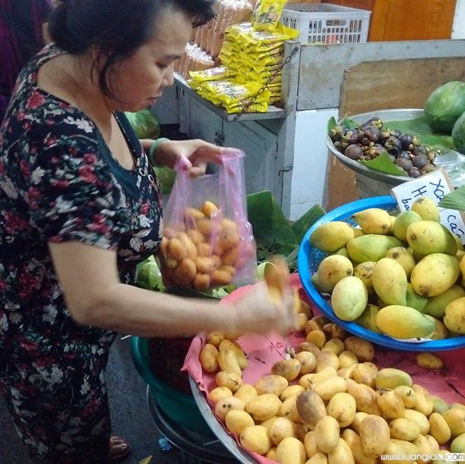 Bà Thanh, một người tiêu dùng, không tin đây là xoài nilon từ Trung Quốc.