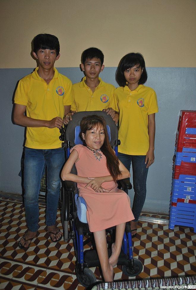 Chị Hoa cùng các bạn sinh viên tình nguyện trường Đại học Quy Nhơn.