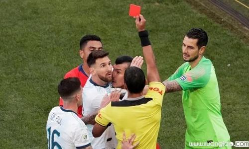 Messi nhận thẻ đỏ ở trận gặp Chile sau pha va chạm với Medel