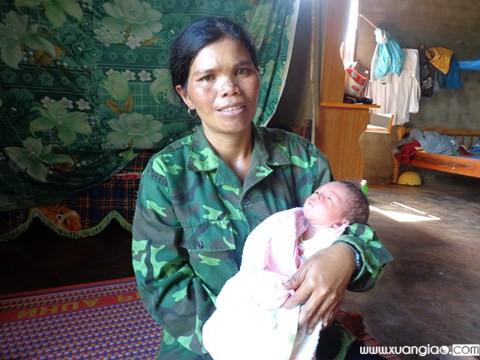 Chị H'Leng - người phát hiện và đưa em bé đi cấp cứu.