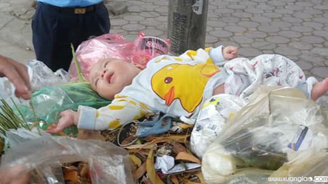 Bé trai bị bỏ rơi trong thùng rác sáng nay, 5.12 Ảnh K.Thoa