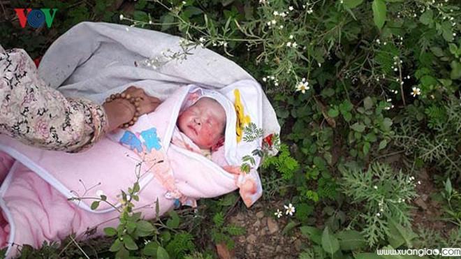 Bé trai sơ sinh hiện đang được giao cho gia đình bà Lê Thị Tâm nuôi dưỡng.