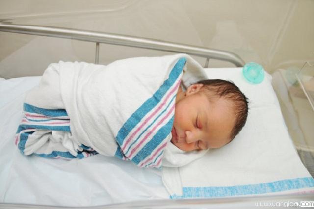 Trẻ được quấn chặt, sẽ có cảm giác an tâm, không bị chới với khi ngủ, nên sẽ ngủ ngoan hơn. Ảnh: Internet
