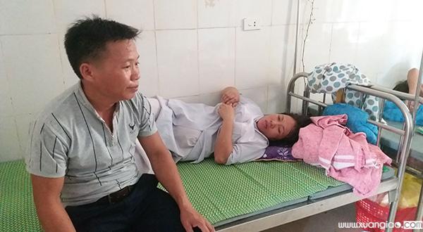 Vợ chồng anh Chiến thất thần, đau đớn trước cái chết của con trai.