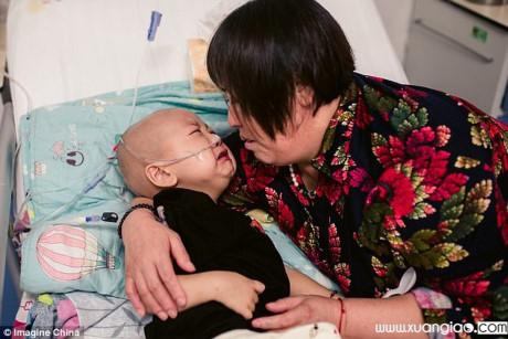 Dù phải chịu nhiều đau đớn khi hóa trị, đứa trẻ vẫn không ngừng gọi mẹ