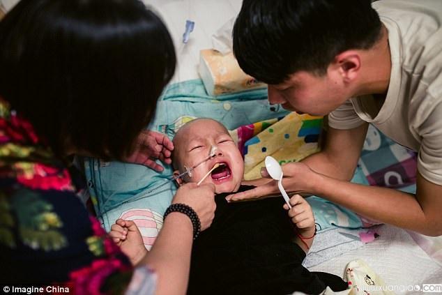 Vì không chịu được cực khổ nên mẹ của Haoyang đã bỏ đi và mang theo số tiền gia đình vay mượn để chữa trị cho em