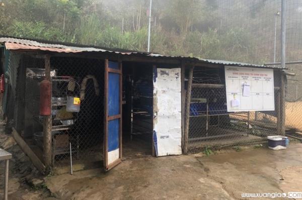 Ngoài xin gạo để nuôi cho học sinh, hiệu trưởng này cũng đề cập đến việc kêu gọi các đơn vị tài trợ xây dựng lại khu bếp nấu ăn của nhà trường vì công trình đã hỏng.