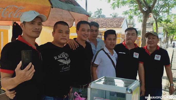 Các thành viên nhóm thiện nguyện quyên góp tiền giúp đỡ gia đình chị Liễu