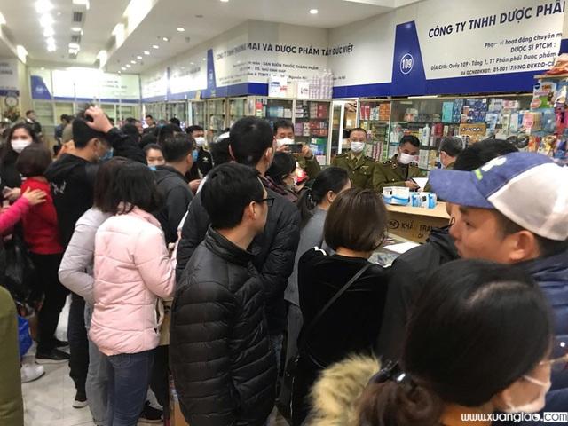 Tại một quầy thuốc, người dân xếp hàng chen chúc để mua khẩu trang