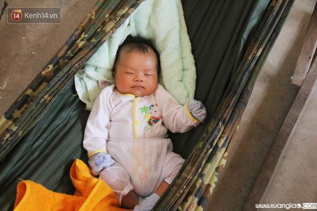 Bé Lộc ngủ ngon giấc trên chiếc võng nhỏ.