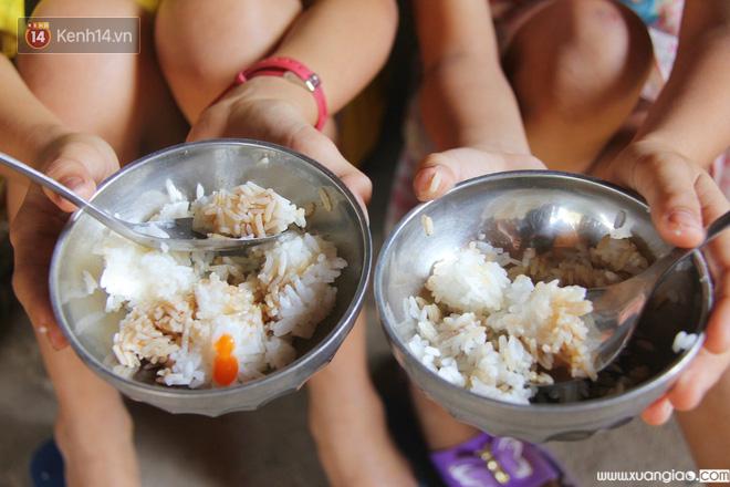 Bữa cơm chiều của 2 đứa trẻ cũng chẳng còn đủ đầy như trước.