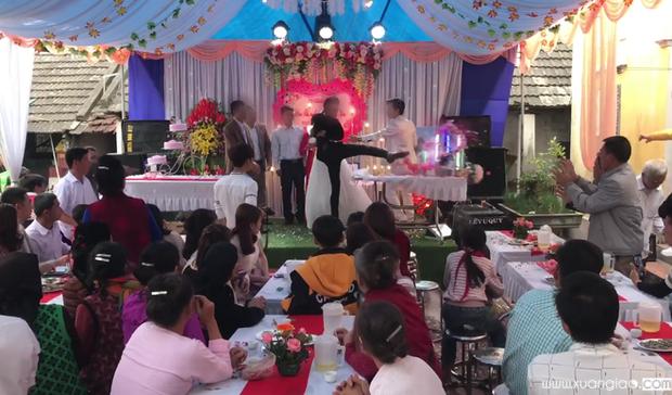 Chú rể đạp đổ lễ đám cưới