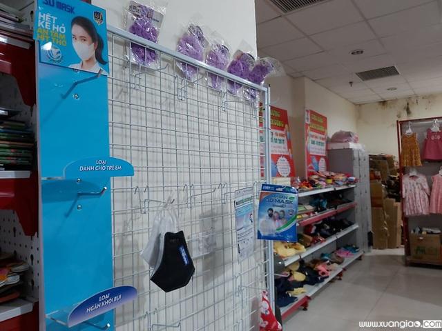Tại các cửa hàng tiện ích, siêu thị, các loại khẩu trang y tế cũng đồng loạt hết hàng.