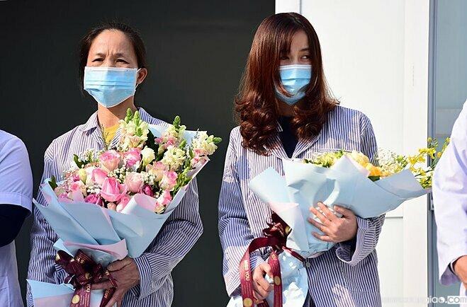 Bệnh nhân Phạm Thị Bình (trái) và Nguyễn Thị Namxuất viện, chiều 18/2. Ảnh:Giang Huy.