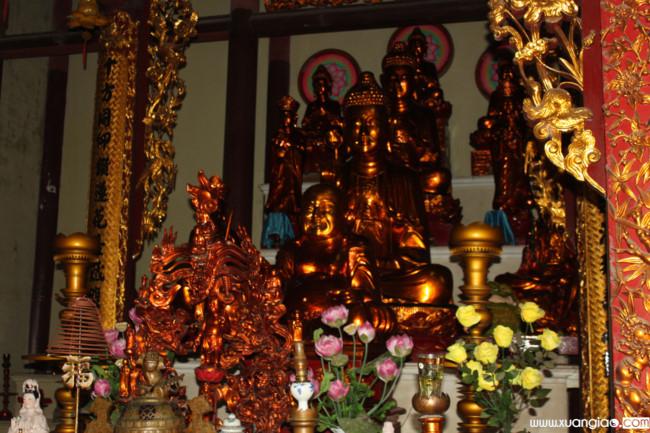 Tượng vàng theo tương truyền ở chùa.