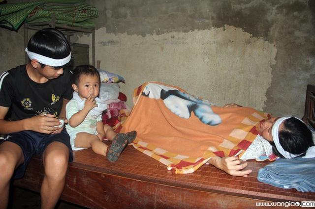 Chị Liễu thường xuyên ốm đau, nên mọi công việc trong gia đình, kể cả việc lo cho đứa em trai hơn 1 tuổi đều do em Ngọc lo liệu
