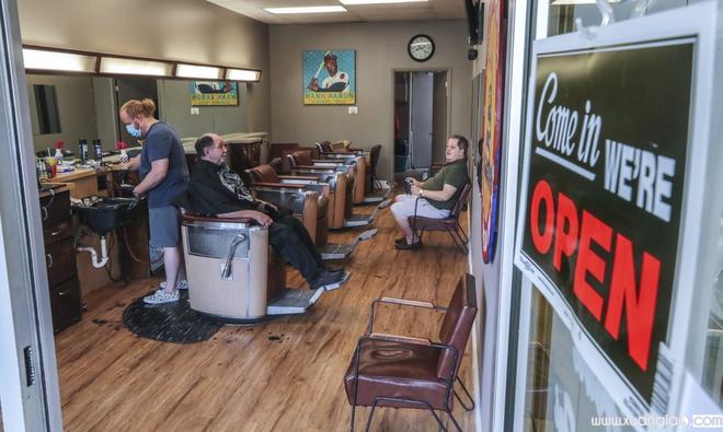 Dù tình hình dịch còn diễn biến phức tạp, một số bang như Georgia ở Mỹ đang mở cửa dần. Ảnh chụp tại một tiệm cắt tóc ở Atlanta, Georgia, hôm 24/4. Ảnh:AP.