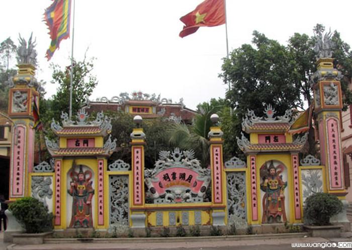 Cổng đền Nguyệt Hồ - Ảnh: Đông Thành