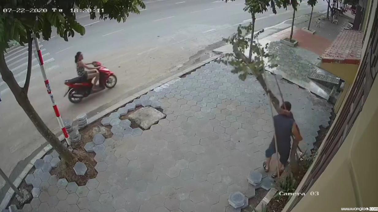 Chỉ phút chốc, chiếc xe đã vụt đi giữa phố vắng. Sau lưng thềm nắng lá vẫn rơi đầy