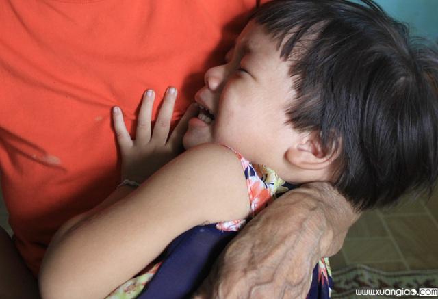 Đã 10 ngày nay, bé Phương Linh ngày nào cũng khóc đòi mẹ.