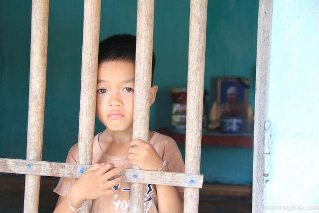 Dường như hiểu điều gì đó, cậu bé Hùng dù mới 6 tuổi đã rất ngoan và nghe lời bà.