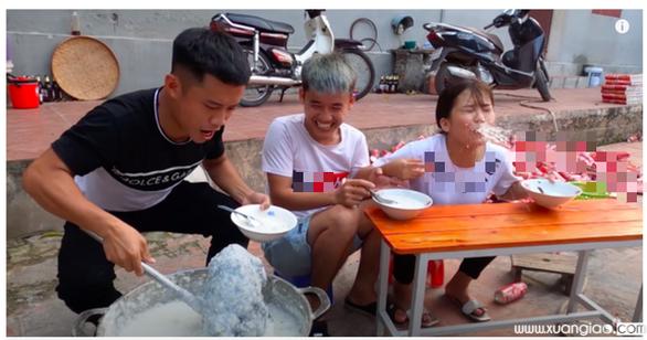 Thanh tra Sở Thông tin và truyền thông Bắc Giang đã xử phạt Hưng Vlog 7,5 triệu đồng - Ảnh cắt từ clip