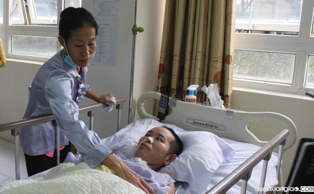 Đã hơn 2 tháng trôi qua, sau tai nạn cây đổ vào đầu, chồng chị Thơm nằm bất động do chấn thương sọ não.