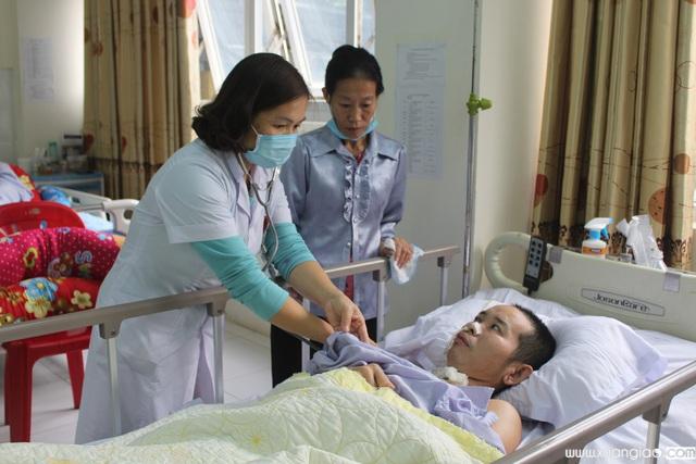 Bác sĩ Tân lo ngại khi hoàn cảnh của bệnh nhân Vị quá khó khăn trong khi hành trình chữa bệnh còn nhiều gian nan.