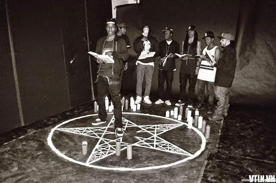 Giới trẻ đang thực hiện nghi thức cầu Satan. (Ảnh qua Reddit)